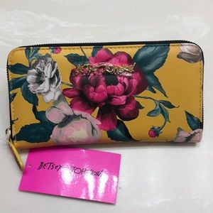 🆕💖BETSEY JOHNSON FLORAL WALLET